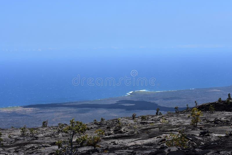 Поля лавы на большом острове в Гаваи с Тихим океаном на заднем плане стоковое фото