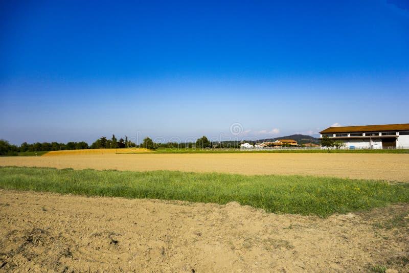 Поля, погреб и деревня стоковое фото rf