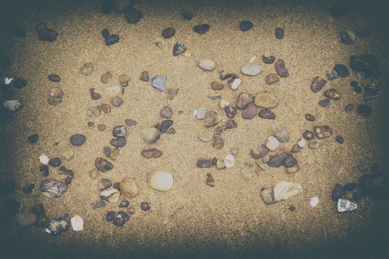 Пол Sandy на пляже и раковинах и камнях стоковая фотография