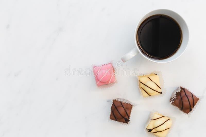 Помадка кофе и француза испечет на белой мраморной предпосылке стоковые фотографии rf