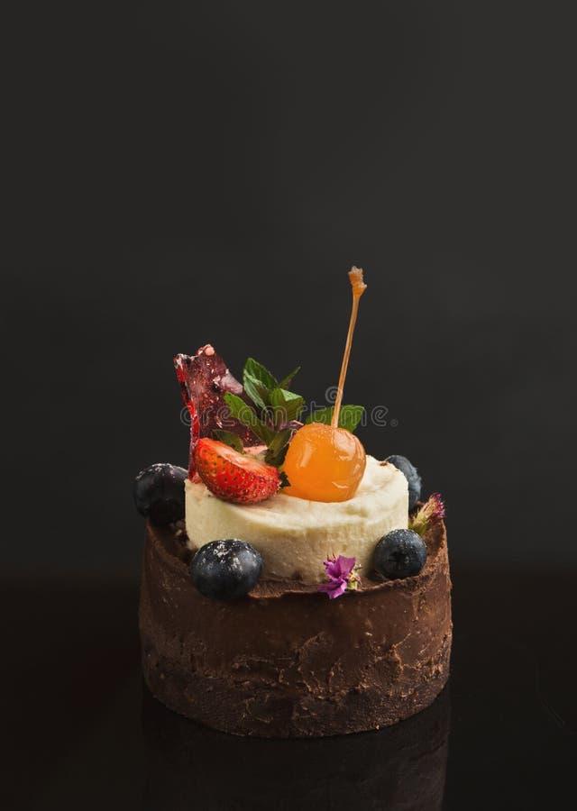 Помадка шоколада с ванильным мороженым и плодоовощами стоковые изображения rf