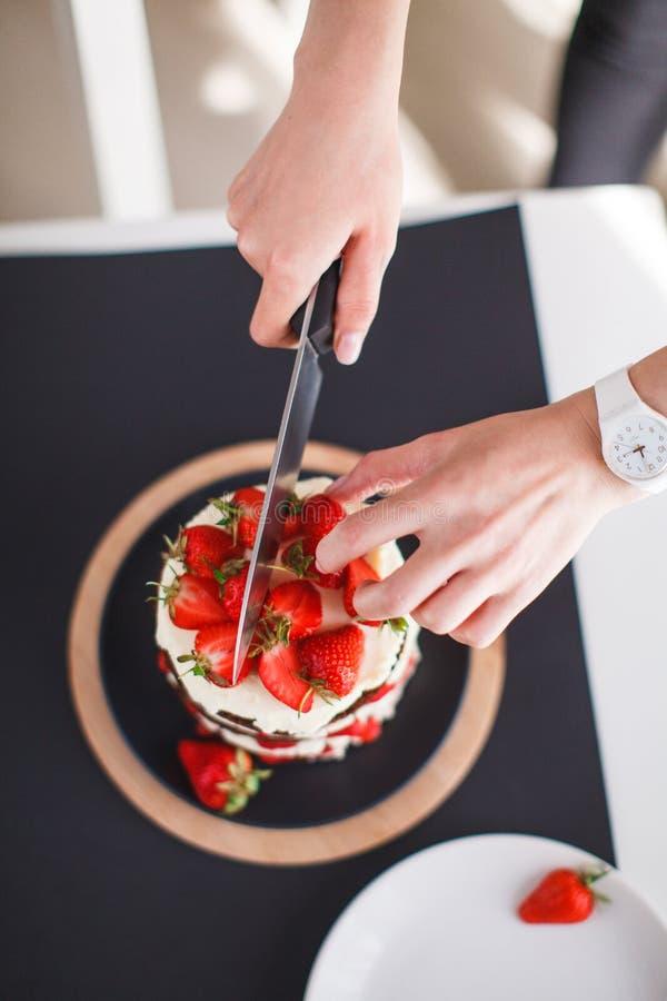 Помадки, десерты с клубниками дома стоковая фотография rf