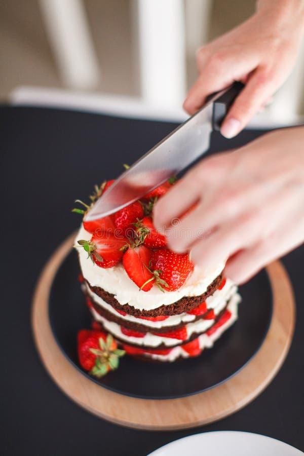 Помадки, десерты с клубниками дома стоковые изображения rf