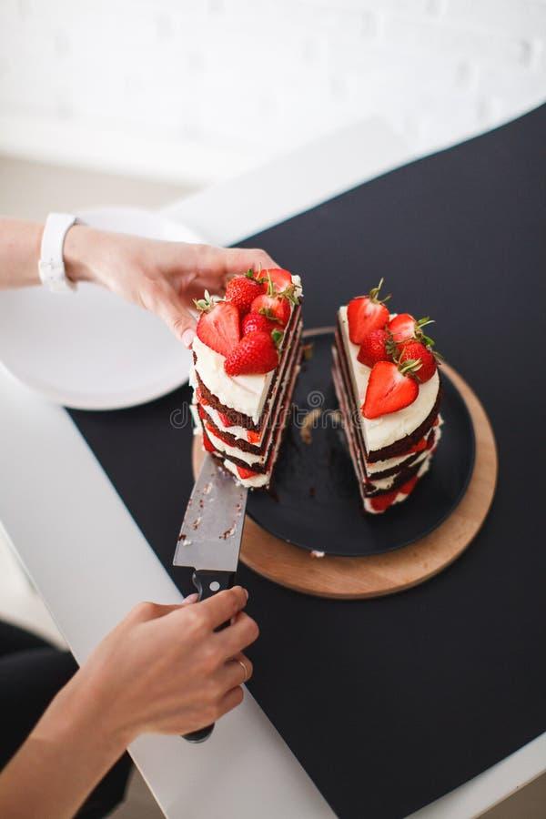 Помадки, десерты с клубниками дома стоковое изображение rf