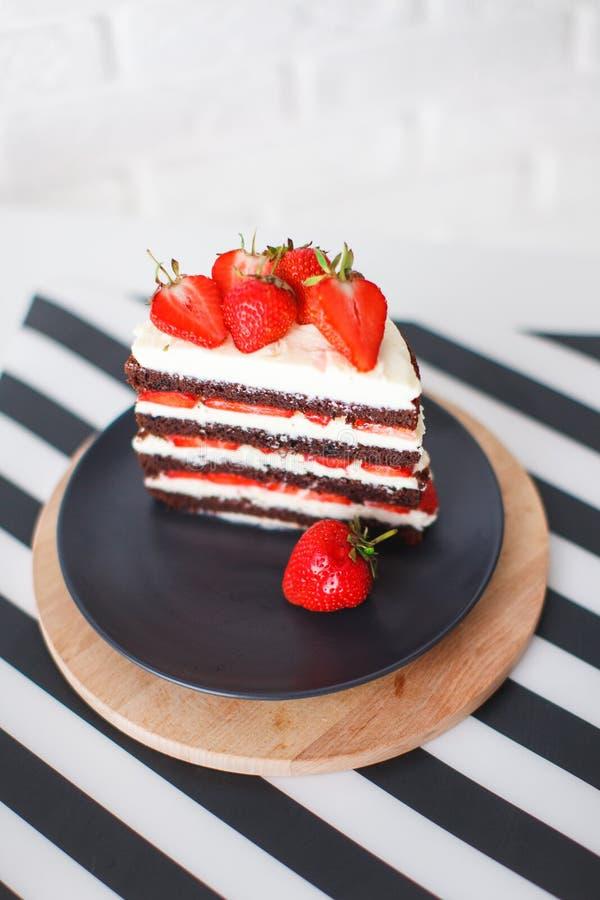 Помадки, десерты с клубниками дома стоковое изображение