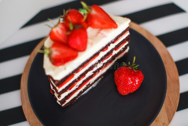 Помадки, десерты с клубниками дома стоковое фото rf