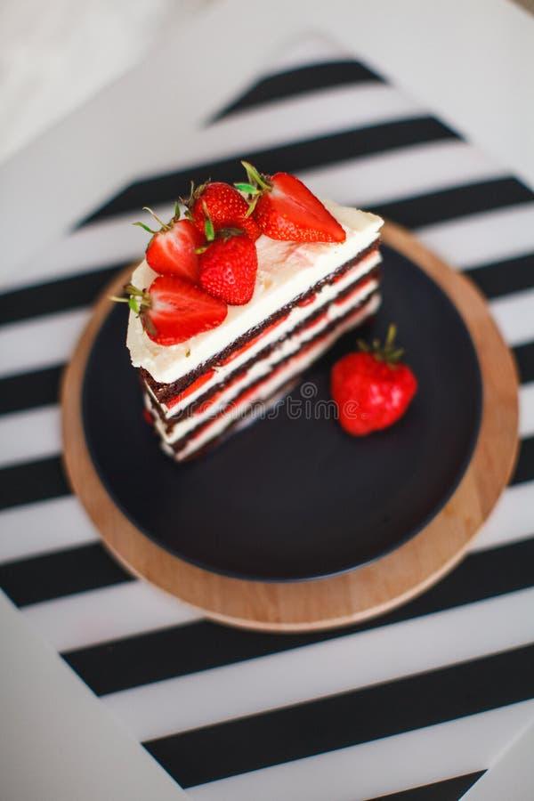 Помадки, десерты с клубниками дома стоковые фотографии rf