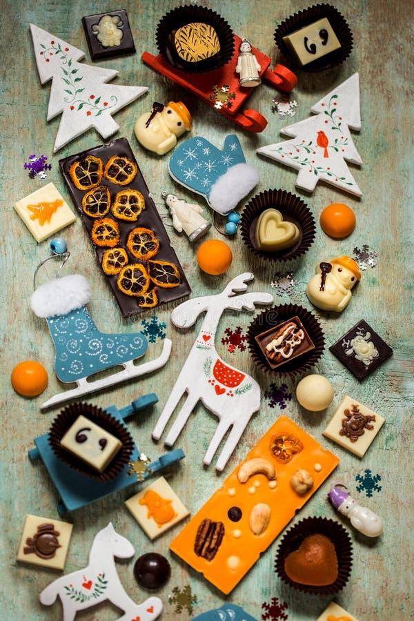 Помадки с символами рождества, игрушки шоколада, дерево стоковая фотография