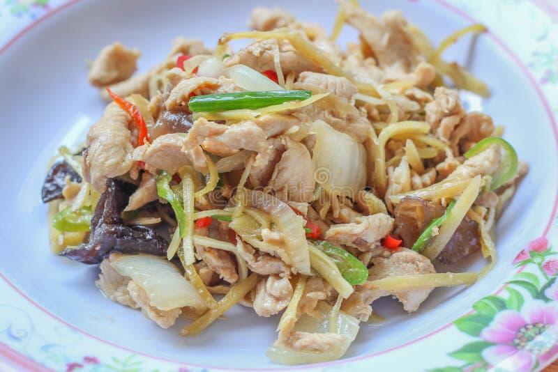 Помадка зажаренная печенью peppersChicken зажаренный с имбирем, тайским блюдом цыпленка стоковое изображение