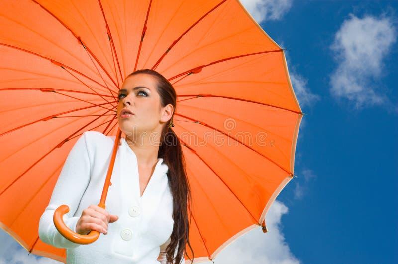 померанцовая сексуальная женщина зонтика стоковое изображение rf