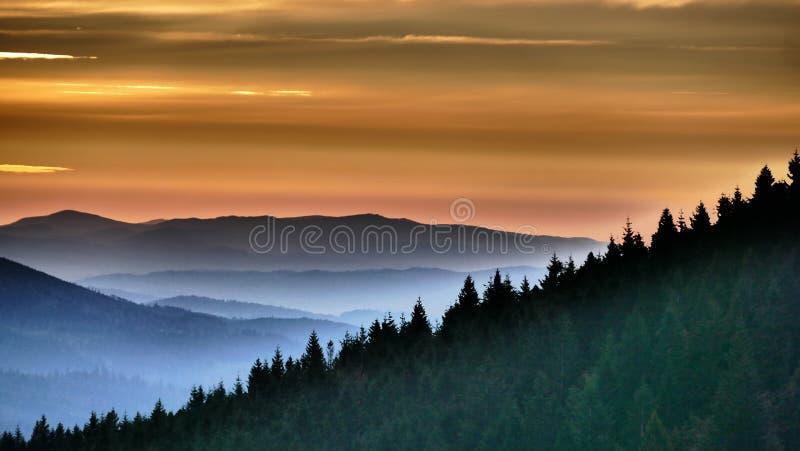 померанцовый восход солнца Прежде чем оно в конце концов возникает, оно светит кратко в апельсине стоковая фотография