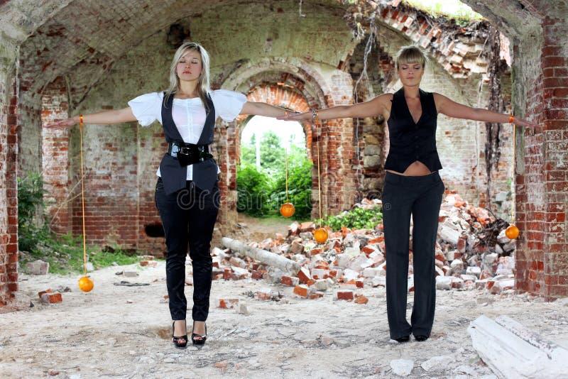 померанцы 2 девушок стоковая фотография