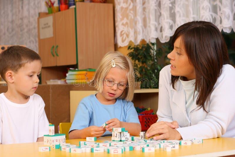 помечает буквами preschoolers стоковые фотографии rf
