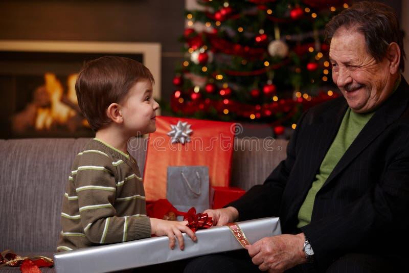 помогать деда мальчика малый стоковая фотография rf