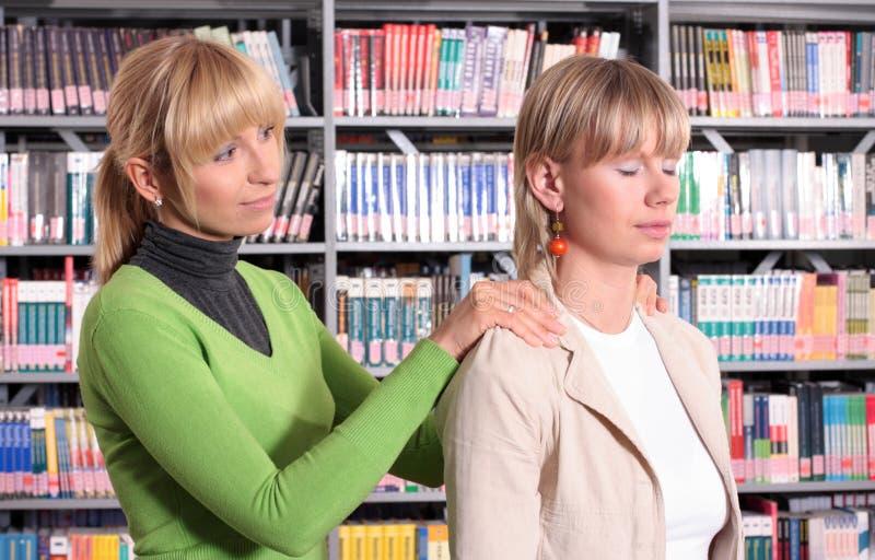 помогать ослабляет женщину стоковое изображение rf