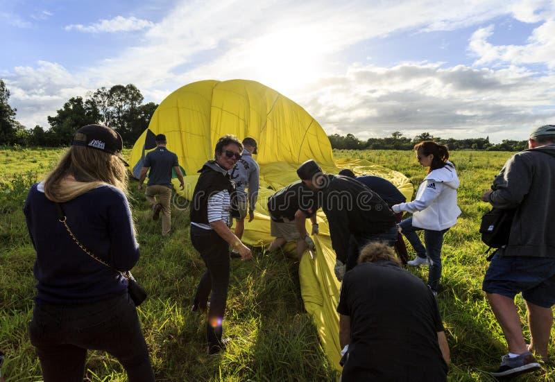 Помогать складчатости наземной команды вверх по воздушному шару стоковые фото