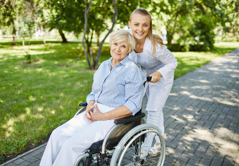 Помогая старшая женщина стоковая фотография