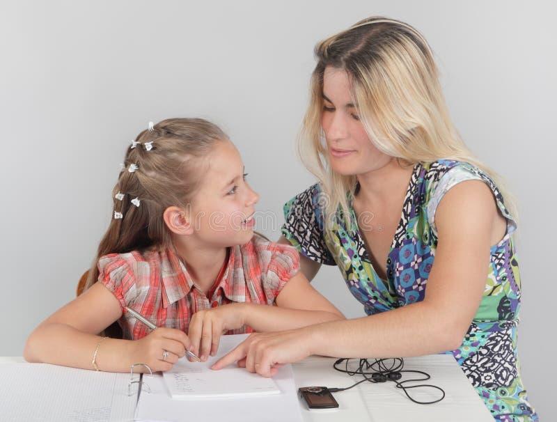 помогая schoolkid w мати домашней работы стоковые изображения rf