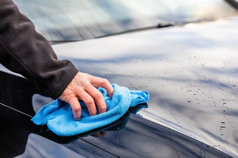 Помойте автомобиль с голубой ветошью стоковое изображение rf