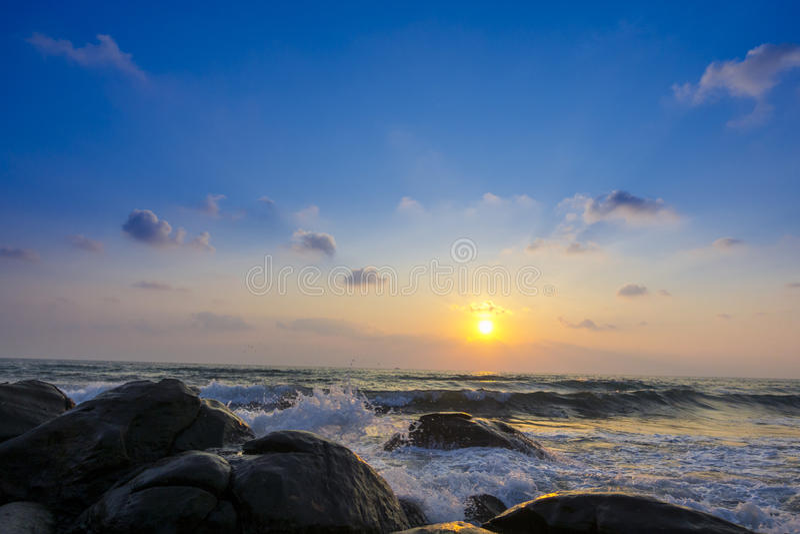 Помойте губкой волны воды на утесах пристаньте к берегу, красивый тропический пляж, Crys стоковое фото rf
