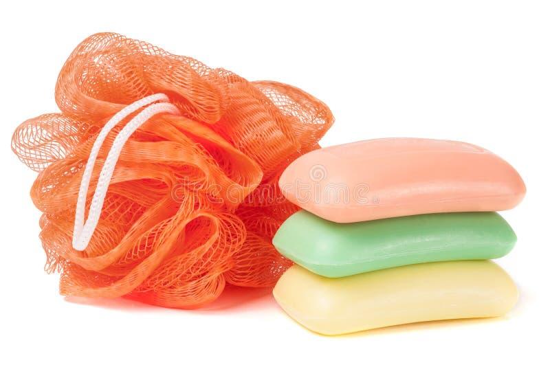 Помойте губкой ливень и мыло изолированные на белой предпосылке стоковое изображение rf