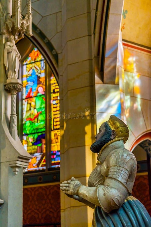 Помолите цветное стекло статуи вся церковь Schlosskirche замка Святых стоковая фотография