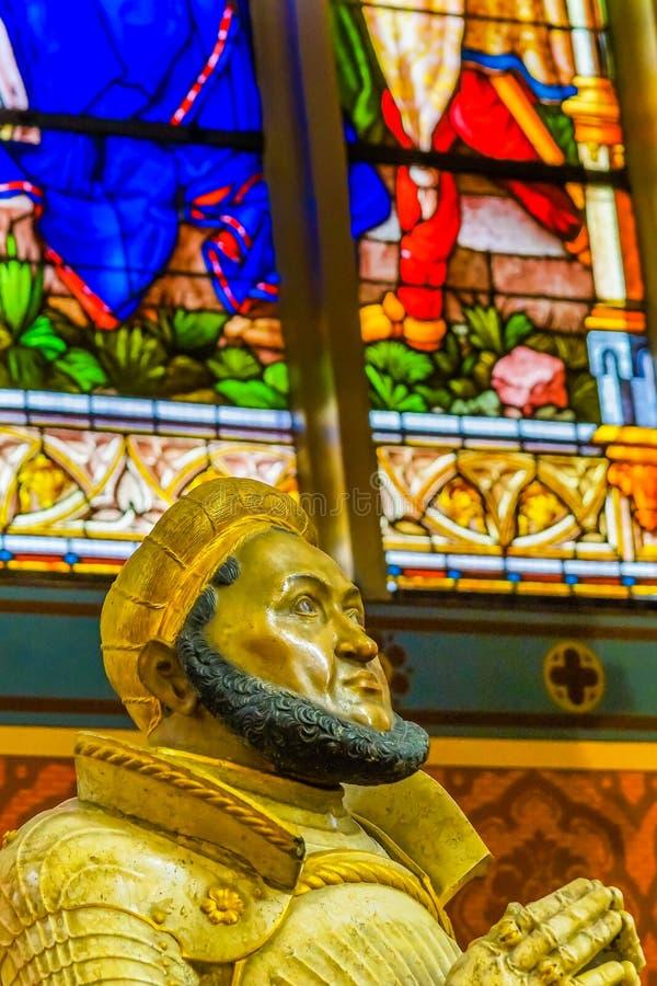 Помолите цветное стекло статуи вся церковь Schlosskirche замка Святых стоковая фотография rf