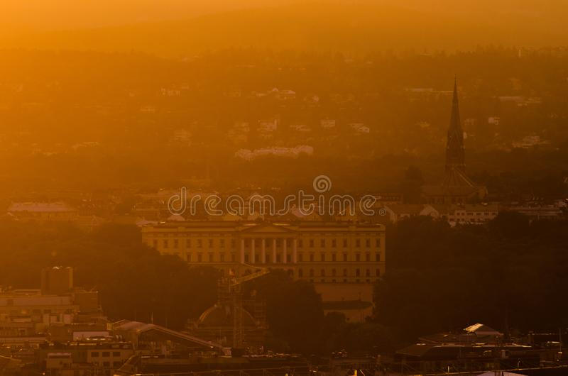 Помох захода солнца над королевским дворцом в Осло, Норвегии стоковая фотография rf