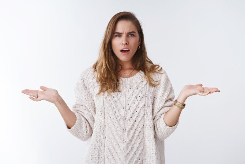 Помоченная жена имея бой ответа тревоги рук супруга аргумента shrugging косым открытым докучанное ртом надоеданное ждать стоковые фотографии rf