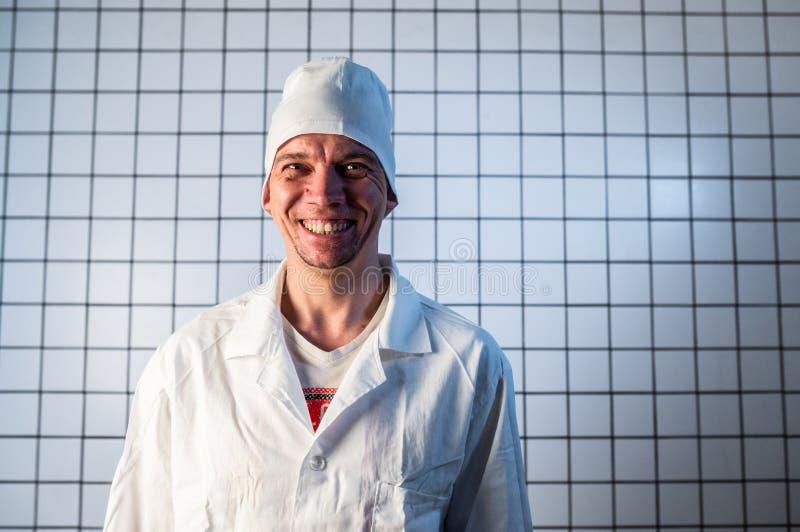 Помощник по медицинским вопросам мужского пола в клинике Портрет Молодой Хирурги стоковое фото rf