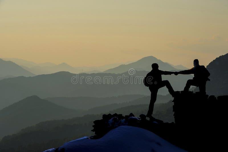 Помощь и поддержка в горах стоковые фотографии rf
