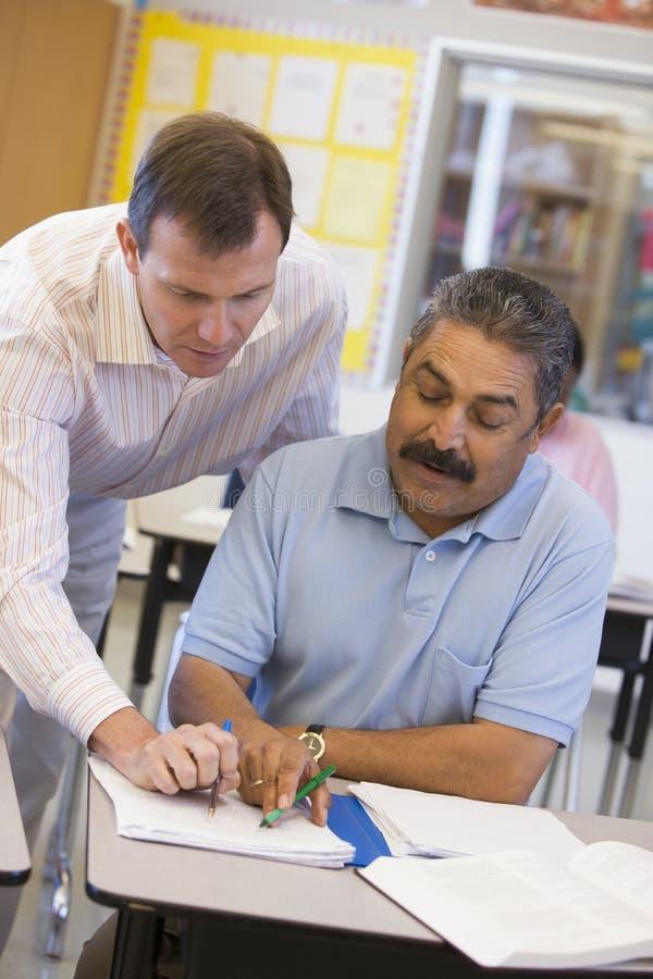 помощь учителя студента типа возмужалого стоковое изображение rf