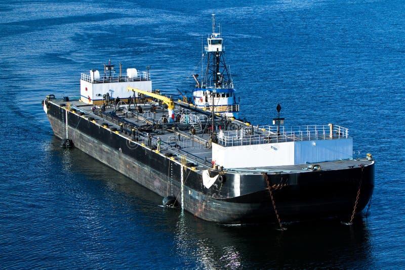 помощь tugboat баржи стоковое изображение rf