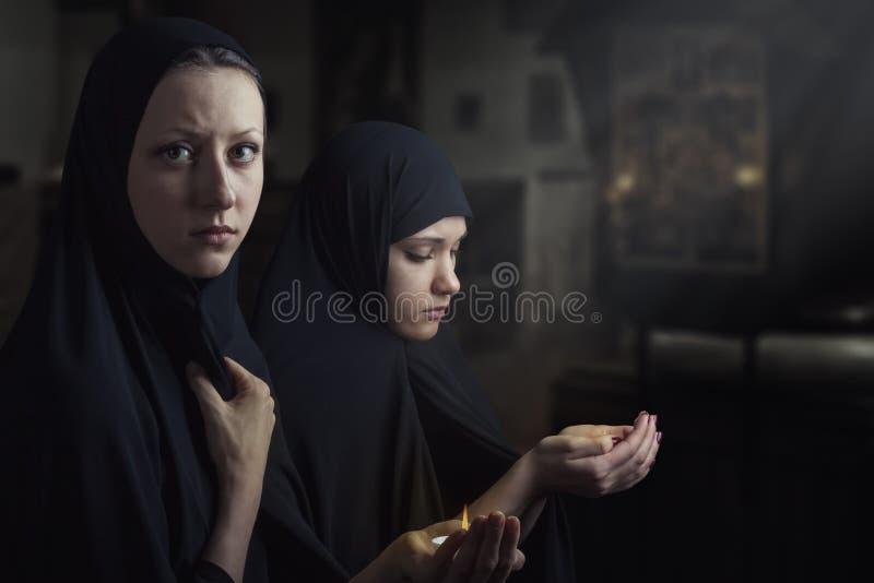 помолите 2 женщин стоковое изображение
