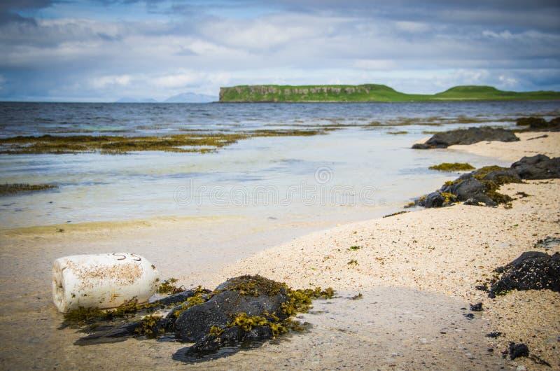 Помытый вверх по томбую на пляже коралла в Claigan на острове Skye в Шотландии стоковая фотография rf