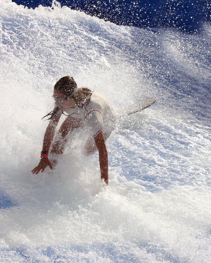понижаясь заниматься серфингом девушки стоковое фото