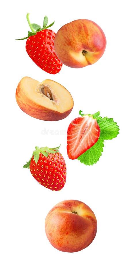 Понижаясь свежее berriy и персики изолированные на белой предпосылке стоковые фото