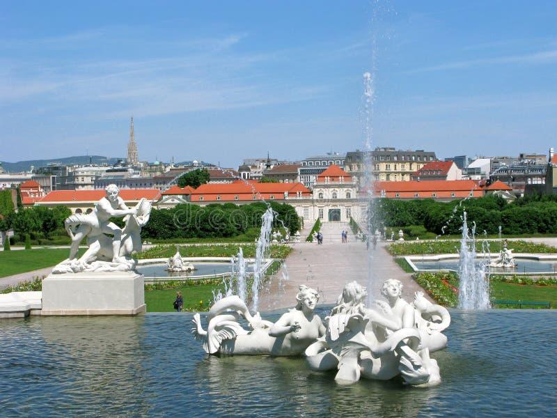 Понизьте дворец и фонтаны в бельведере парка в вене стоковое фото