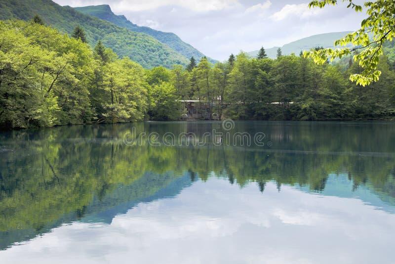 Понизьте голубое озеро в Kabardino-Balkaria стоковое фото