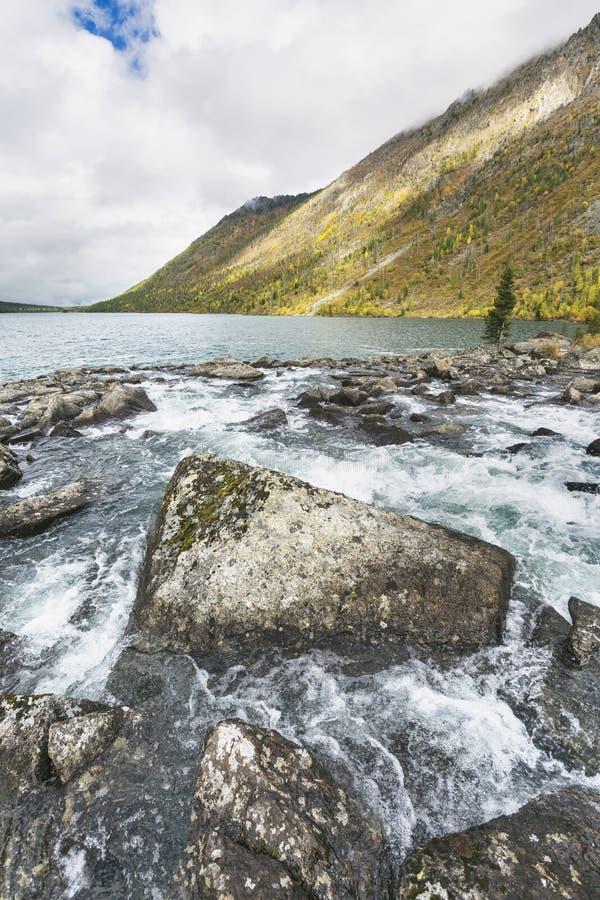 Понизьте озеро Multinskoe Взгляд от Shumi Осень l гор Altai стоковые фото