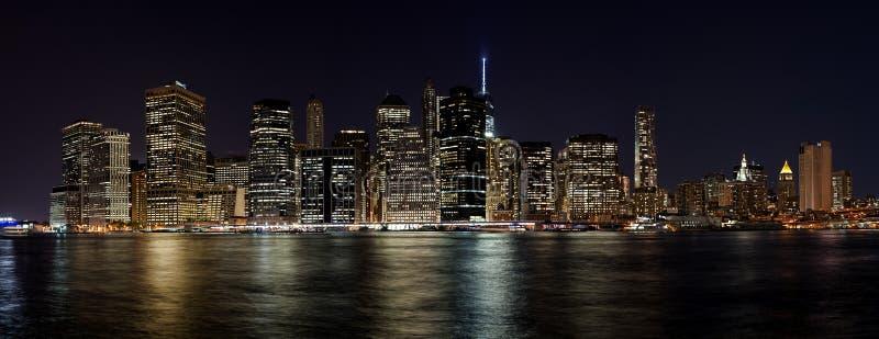 Понизьте панораму горизонта Манхаттана на ноче стоковая фотография