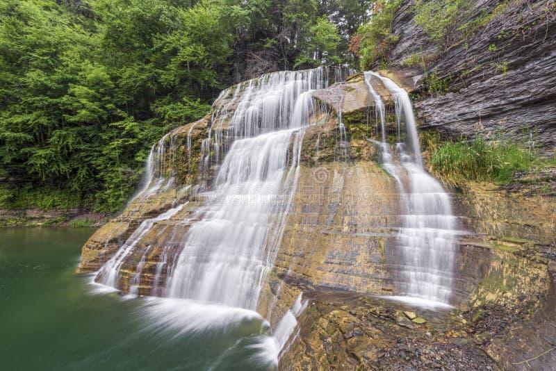 Понизьте падения на парк штата Роберта h Treman стоковое фото