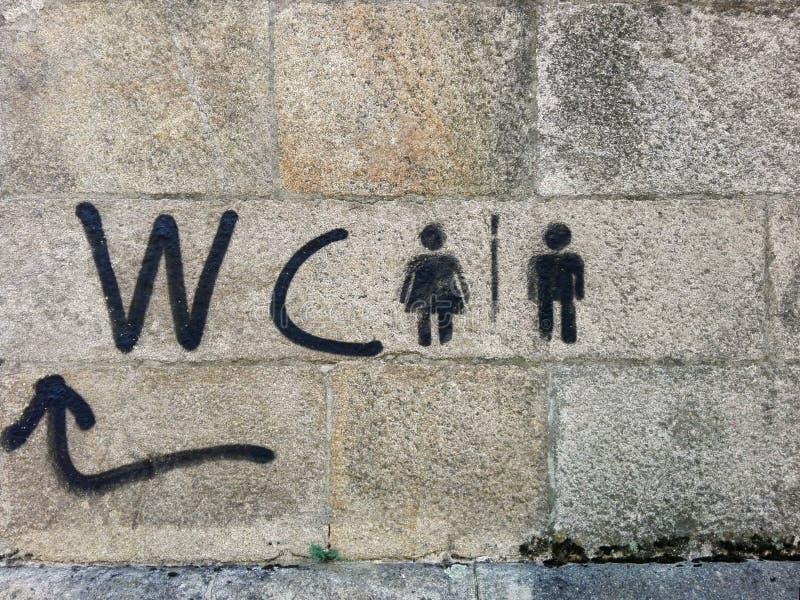 Понтеведра, Испания; 08/09/2018: Handmade черный wc знака граффити с arron на предпосылке каменной стены стоковое изображение rf