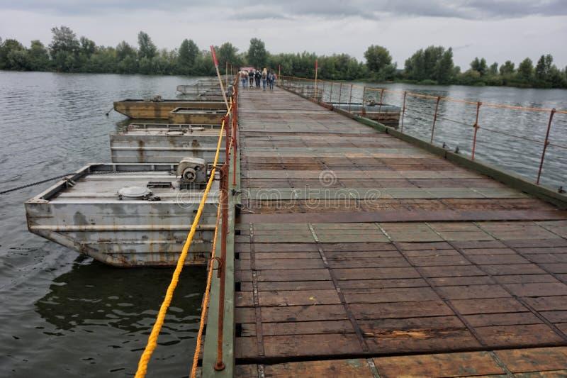 Понтонский мост через реку, сделанный из старых кораблей стоковые изображения