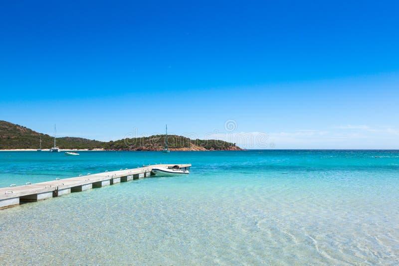 Понтон в воде бирюзы пляжа Rondinara в Корсике i стоковое изображение rf