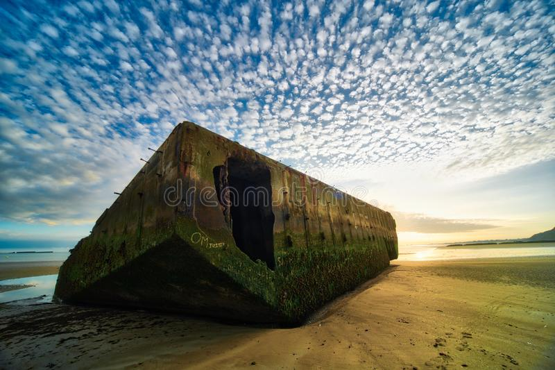 Понтон гавани шелковицы искусственный на пляже Нормандии стоковая фотография