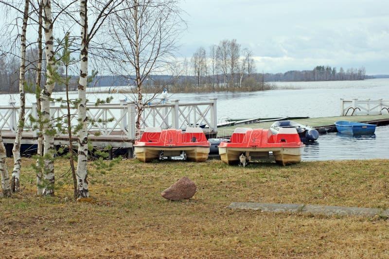 Понтон на береге озера Seliger стоковое изображение