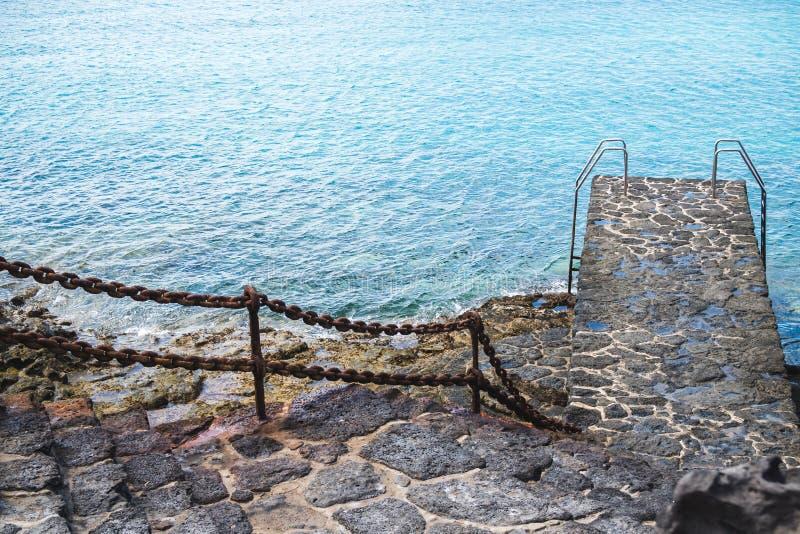 Понтон обозревая скалистые берега Лансароте стоковое изображение rf