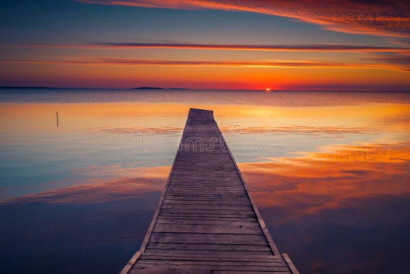 Понтон озером на восходе солнца с bneautiful облаками на небе стоковое фото rf