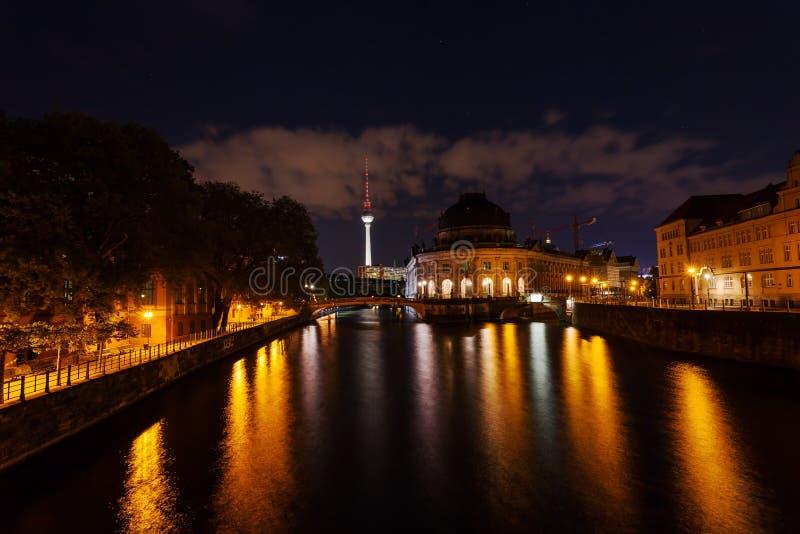 Пообещанная башня музея и телевидения в Берлине на ноче стоковое изображение rf